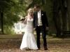 fotograferet-brudepar-der-griner